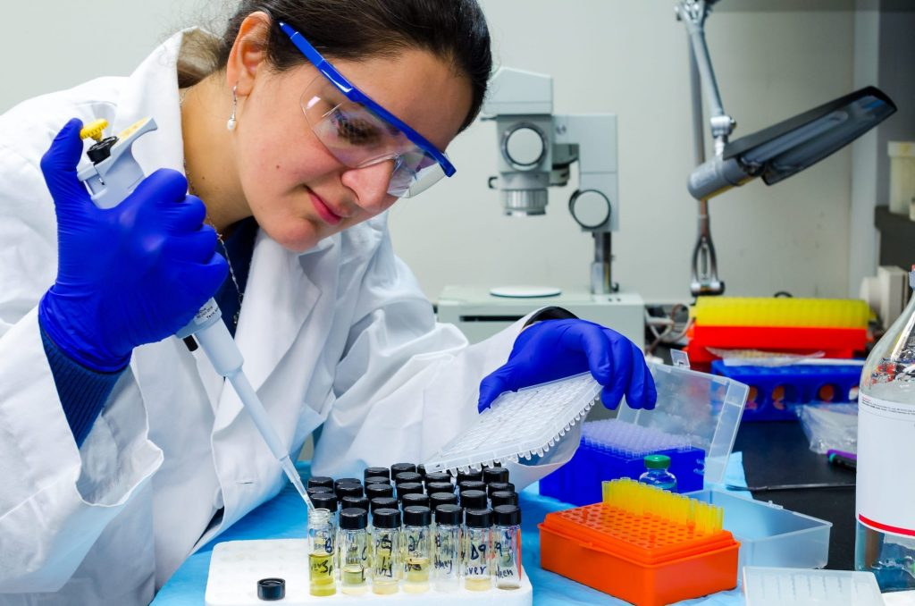 urine-tests-a-lady-doctor-performing-urine-test-in-laboratory-9SXK8BW